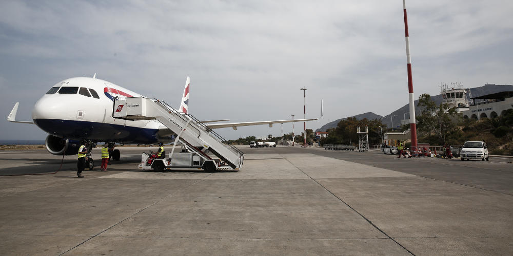 Αντί για απογείωση… προσγείωση στην φυλακή για μετανάστες στην Σαντορίνη