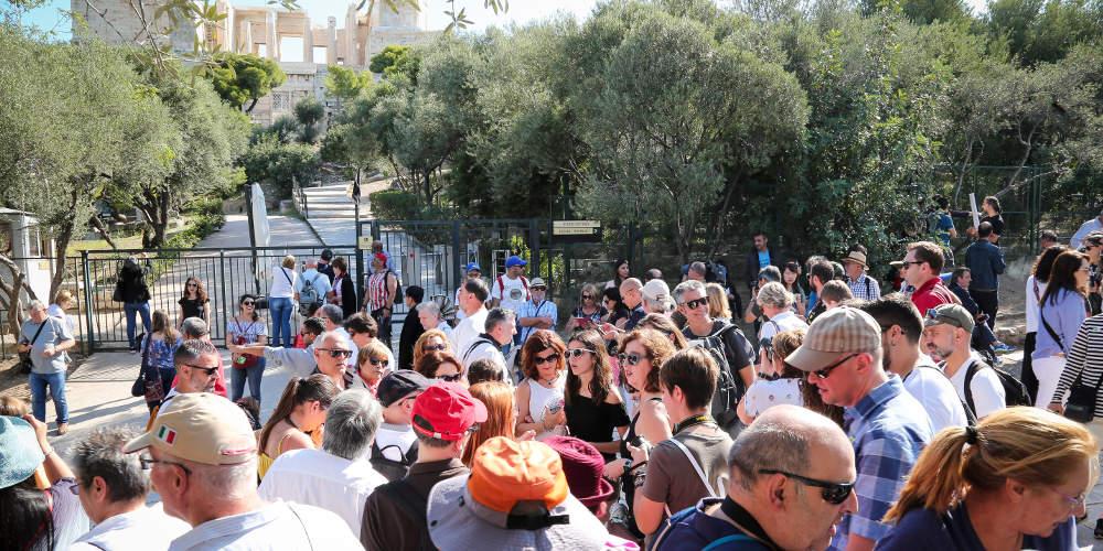 Ελλάς το μεγαλείο σου: Εκατοντάδες τουρίστες έξω από κλειστούς αρχαιολογικούς χώρους