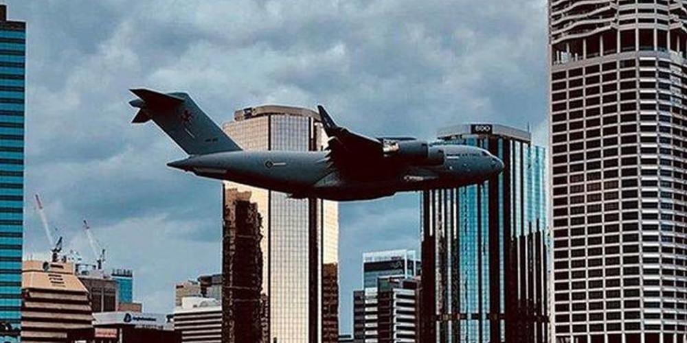 Boeing C-17 πετά ανάμεσα σε ουρανοξύστες και προκαλεί δέος