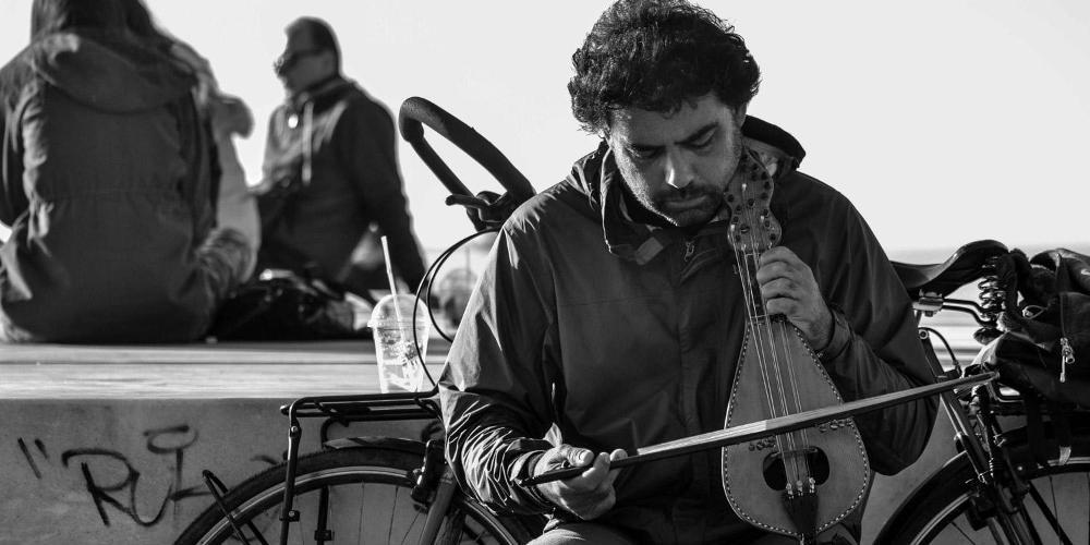 Συνέλαβαν μουσικό του δρόμου για επαιτεία! Αντιδράσεις στην Θεσασλονίκη