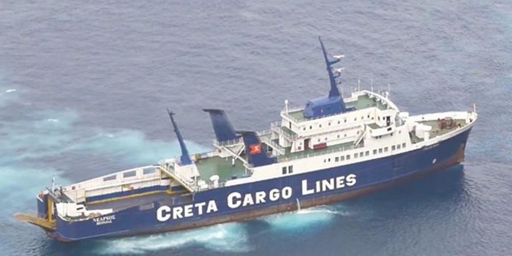 Αυτό είναι το πλοίο «Νέαρχος» που προσάραξε στο ηφαίστειο της Σαντορίνης
