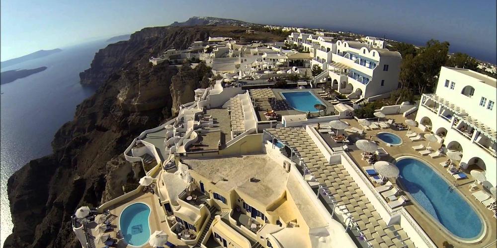 Διάσημη YouTuber κάνει solo διακοπές στην Σαντορίνη και γίνεται viral