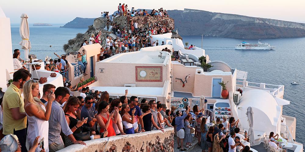 Η Σαντορίνη βουλιάζει από τους τουρίστες - Δώδεκα αριθμοί που «τρομάζουν»
