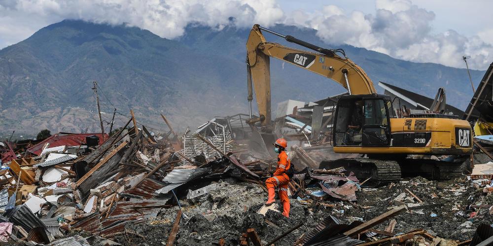 Θρήνος στην Ινδονησία: Πάνω από 2.000 νεκροί από τον σεισμό και το τσουνάμι