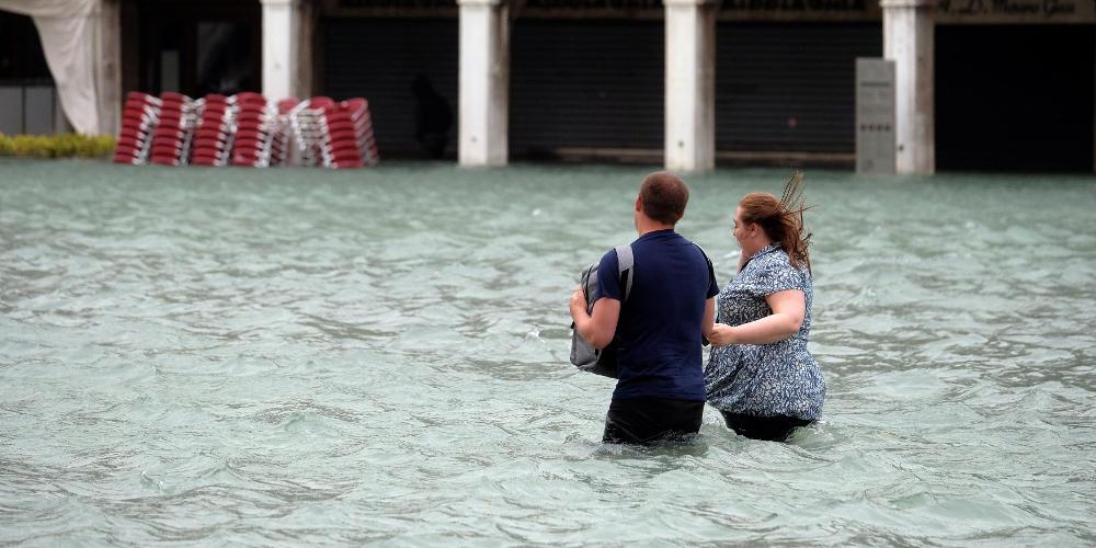 Απίστευτες εικόνες από την Βενετία – Μαγαζί πλημμυρίζει και οι θαμώνες τρώνε… πίτσα!