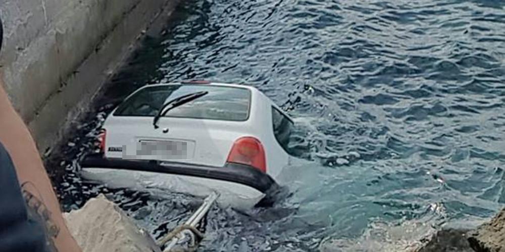 Αυτοκίνητο βούτηξε στο λιμάνι της Σαντορίνης