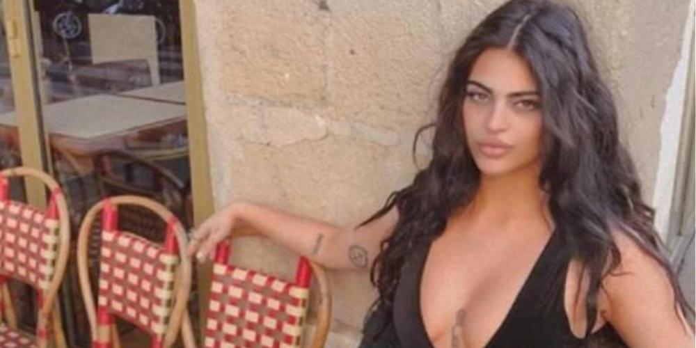 Σέξι blogger δεν μπήκε στο Λούβρο για το αποκαλυπτικό φόρεμά της