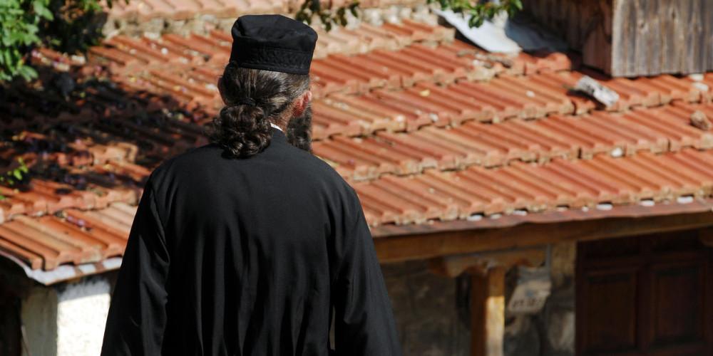 Παπάς χαστούκισε και δάγκωσε αστυνομικούς στο Ηράκλειο