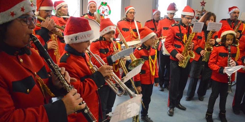 Κάλαντα και χριστουγεννιάτικες μελωδίες απ' τη φιλαρμονική του Δήμου Θήρας