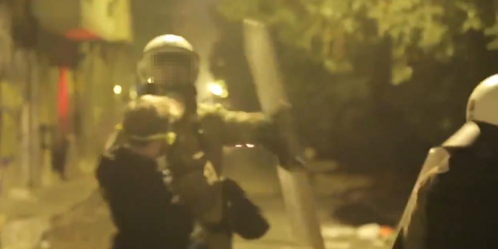 Αστυνομικός χτυπά συλληφθέντα από τα Εξάρχεια στο πρόσωπο με την ασπίδα