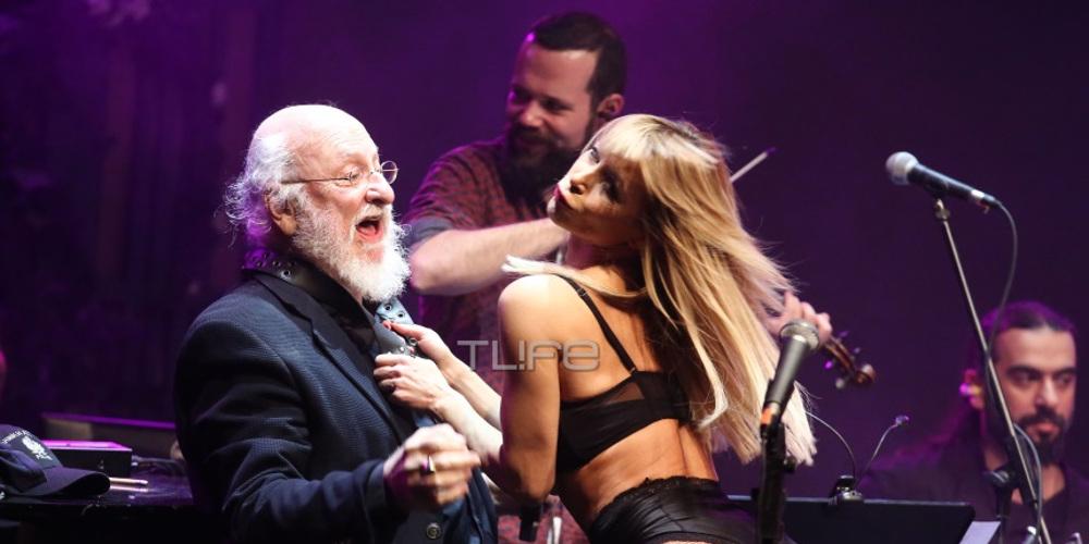 Η «καυτή» χορεύτρια του έκανε στριπτίζ την ώρα που τραγουδούσε ο Διονύσης Σαββόπουλος